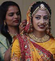 印钻石大亨出资为251名丧父新娘举行婚礼