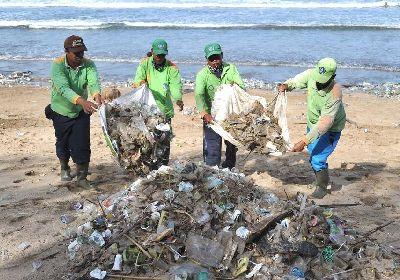 巴厘岛每天清理百吨垃圾