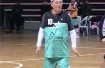 赵本山戴发带打篮球 身体还是很硬朗