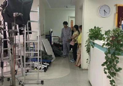 言承旭沈月新戏开拍 身穿病号服拍摄医院戏份