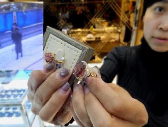 女子不慎丢失15万碧玺珠宝首饰 曾与拾到者擦肩而过
