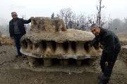 """村民发现酷似""""外星飞碟""""奇石 有人出10万被拒"""