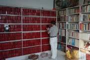 """湖北""""红色收藏达人""""收藏毛泽东选集30年 码满一整面墙"""