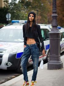 时尚爱豆街拍造型示范 露脐上衣+长裤性感又时尚