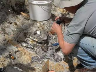 走进巴西碧玺矿区 手工精挑出珍贵原矿