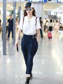 明星服装流行趋势示范 一条纸袋裤美美过夏季