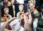 父女传习内画鼻烟壶技艺 传承传统手工艺品