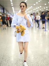 李沁穿衣搭配造型示范 优雅露肩裙大秀美腿