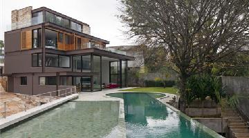 AM House豪宅:大量玻璃的运用使建筑别具现代感