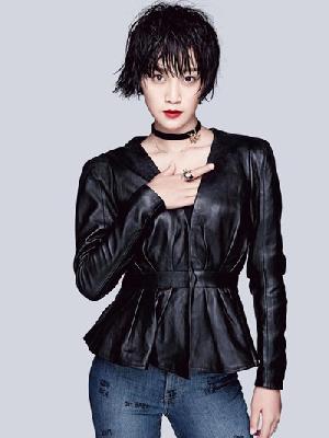 蓝盈莹穿衣搭配造型示范 黑色皮衣+牛仔大秀帅酷暗黑风