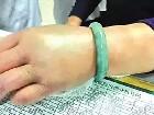 祖传翡翠手镯死死卡住骨折部位 要手还是要价值百万的镯子?