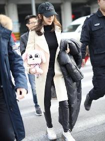 Angelababy机场街拍示范 米色风衣+黑内搭酷劲十足