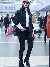 马苏机场街拍造型示范 牛仔衬衫+休闲裤霸气十足