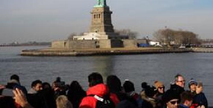 美国联邦政府将自由女神像重新开放