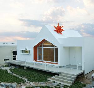 韩国纯白极简的人字形屋顶住宅 设计风格围绕异想天开的极简主义展开