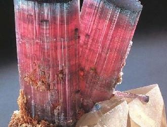 碧玺是电气石族里达到珠宝级种类 颜色复杂多变