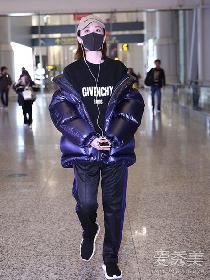 景甜最新机场街拍 紫色羽绒服搭紫色条纹运动裤潮感十足