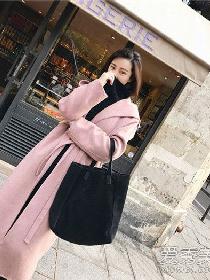 粉色外套配什么颜色的打底衫 粉色外套搭黑色打底衫稳重感比较强