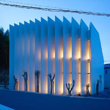 日本扇贝型私人住宅:巨大的百叶窗结构保护住宅的私密性