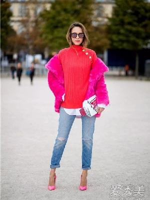 牛仔裤搭配什么毛衣好看 牛仔裤搭配亮红色毛衣热烈而极具张力