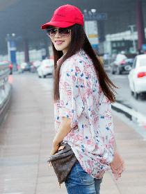伊能静粉色字母夏装搭配破洞牛仔裤现身机场