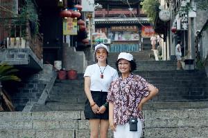 64岁刘晓庆近照曝光 身穿白T黑短裤大秀长腿