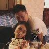 李小鹏为妻子庆生:两人在蛋糕前亲密合影甜蜜度爆表