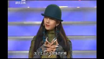 杨丽萍吃手抓饭 这个举动很是机智