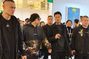 周杰伦上海看展 获粉丝称赞又白又瘦