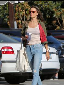亚历山大·安布罗休洛杉矶街拍 军绿色夹克搭配Mother破洞牛仔裤轻松休闲