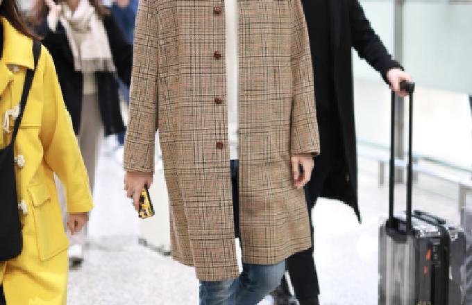 邢昭林现身上海机场 身穿长款大衣温文尔雅