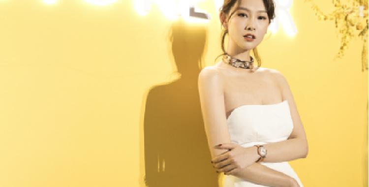 李昕岳亮相珠宝品牌发布会散发迷人魅力