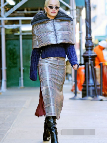 瑞塔·欧拉纽约亚博体育 Fendi灰色光泽感羽绒披肩搭配同系列格纹裙