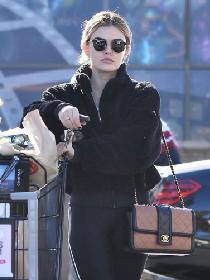 路西·黑尔 斯蒂迪奥城亚博体育 黑色摇粒绒外套搭配同色Leggings