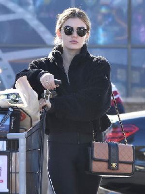 路西·黑尔 斯蒂迪奥城街拍 黑色摇粒绒外套搭配同色Leggings