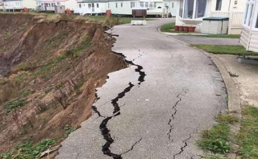 崖边度假屋现裂缝 房屋面临着掉入海滩的风险