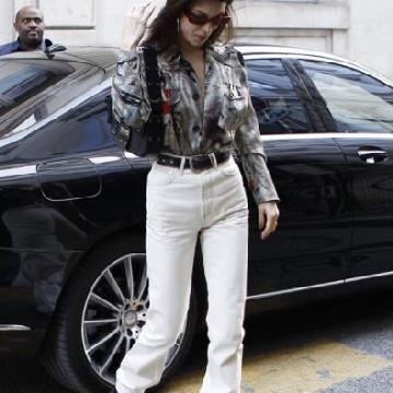 Bella Hadid巴黎亚博体育 缎面夹克搭配白色喇叭裤复古率性.