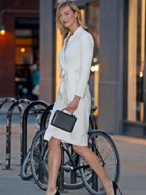 小kk外出街拍 白色西装裙加高跟鞋优雅不失性感