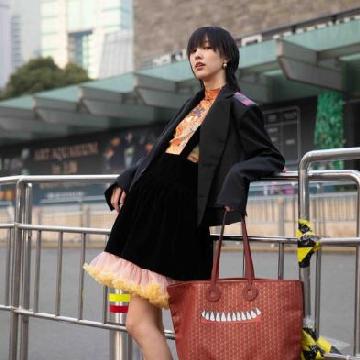 新生代女演员王悦伊身背摩奈 (Moynat) 手袋演绎街拍大片