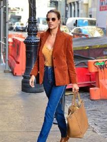 超模亚历山大Alessandra·Ambrosio焦糖色出街装