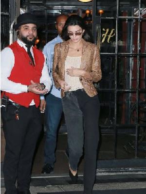 Kendall Jenner出街NYC 最近迷上穿蛇纹的女孩儿