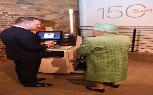 英国女王学自动付款 还好奇地询问店员这个问题