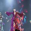 杨千嬅意外摔倒 被伴舞扶起后继续表演