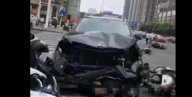 奔驰连撞3死10伤 目前事故原因仍处于调查中