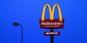 麦当劳重新开张第一天 两女孩驱车400公里前往