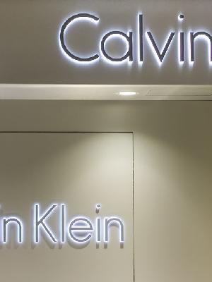 线下整体业务下降了32%  Calvin Klein线上发展态势良好