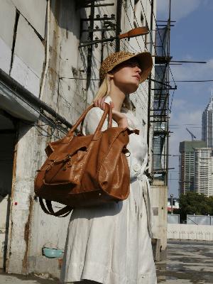 """爱马仕选用环保皮革材质""""Sylvania""""来诠释它的经典包包""""Victoria"""""""